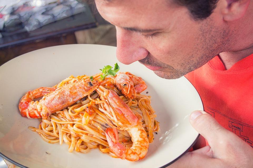 Macarrão ao molho de camarão receita fácil e muito saborosa